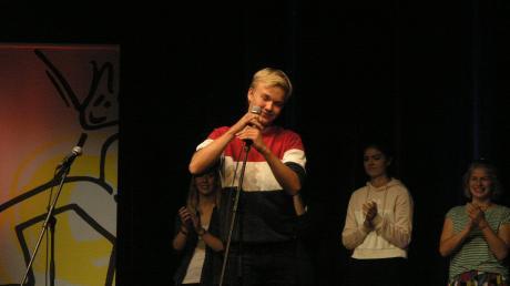 Zuerst lobt er, dann schimpft er: Julius Althoetmar gewinnt mit seinen Reimen aufs Wasser den ersten Landsberger Poetry-Slam nach der Sommerpause.