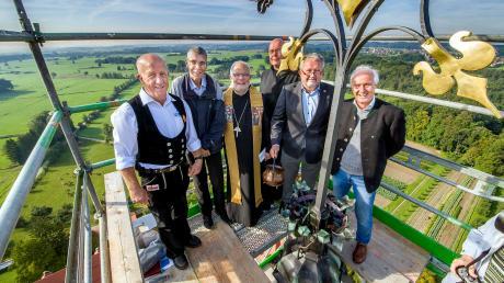 Freuen sich über das neue Kreuz auf der Turmspitze der Ottilianer Klosterkirche (von links): Peter Loy (Holzbau), Bruder Odilo, Erzabt Wolfgang Öxler, Pater Tobias, Hubert Leib (Spenglerei) und Herbert Bader (Ingenieurbüro).
