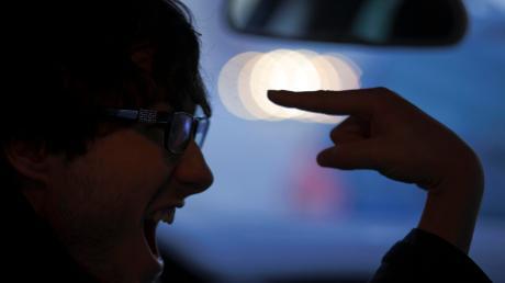 Ein unbekannter Autofahrer hat am Montag bei Denklingen auf der B17 einen anderen Fahrer bedroht und dessen Wagen angefahren. Jetzt sucht die Polizei nach dem Täter.