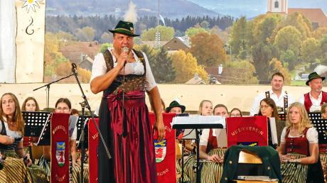 Dirigent Lars Scharding zeigte sich als fairer Verlierer. Weil er eine Wette verloren hatte, dirigierte er die Musikkapelle Reichling im Dirndl.