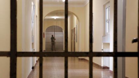 Für zwei Jahre und sechs Monate muss ein 41-jähriger Dieb hinter Gitter. Der Mann stahl im Exerzitienhaus in St. Ottilien Schmuck und Bargeld.