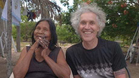 Matti Bauer in Brasilien mit einer Karajá-Frau. Er hatte die Brasilianerin voriges Jahr besucht, um über sie ein Porträt zu drehen, die Fortsetzung einer Filmarbeit, die er vor über 30 Jahren begonnen hatte.