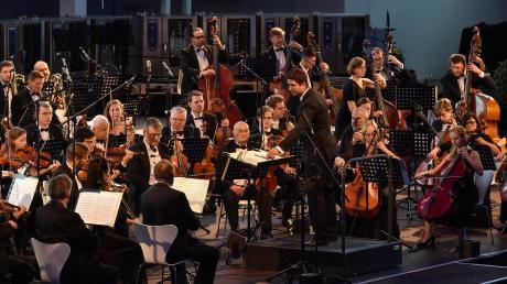 """Das Orchester Symphony Prague spielte auch diesmal wieder bei der Reihe """"Siegfried-Meister-Konzert"""" bei Rational. Unter der Leitung von Azis Sadikovic gab es Werke von Schubert, Mozart und Beethoven."""
