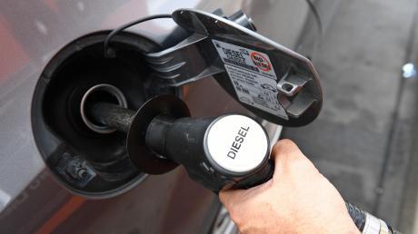 Die Marktgemeinde Dießen will ihren Beitrag zum Klimaschutz leisten. Kommunale Fahrzeuge könnten schon bald mit dem alternativen Kraftstoff GTL betankt werden anstatt mit Diesel.