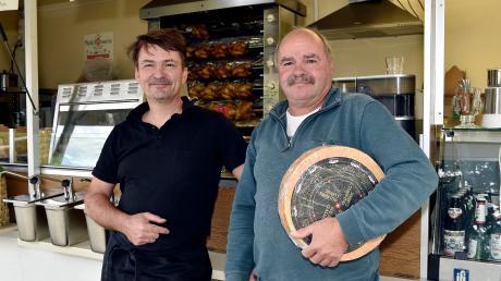 Ab Freitag stehen sie und andere Fieranten wieder auf dem Schondorfer Wochenmarkt: Peter Kaun junior und Willi Hausefelder (rechts).