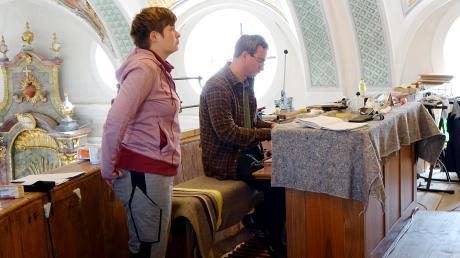 Orgelbauerin Lea Herter und Intonateur Matthias Wirth bei der Feinabstimmung in der Kirche.