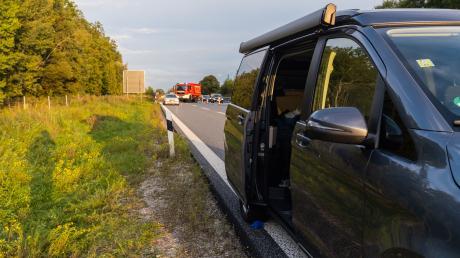 Binnen weniger Stunden haben sich am Mittwoch im Landkreis Landsberg zwei tödliche Verkehrsunfälle ereignet. Auf der A96 fiel eine Frau aus einem fahrenden Auto, bei Igling starb ein junger Mopedfahrer.