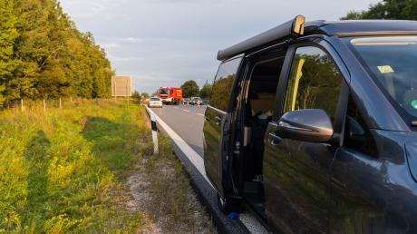 Bei einem Unfall auf der A96 ist eine 28 Jahre alte Frau bei Schöffelding ums Leben gekommen. Sie stürzte aus einem fahrenden Kleinbus.