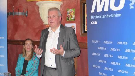 Europaabgeordneter Markus Ferber (CSU) sprach bei der Landsberger Mittelstands-Union. Links: MU-Vorsitzende Heidrun Hausen.