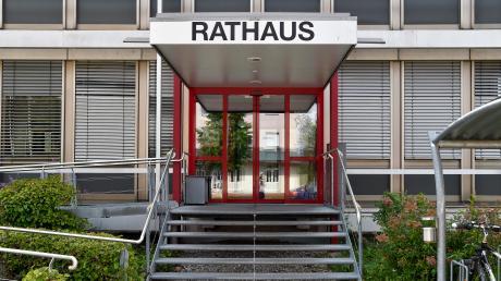 Das Rathaus in Kaufering. Seit dem Rücktritt von Bärbel Wagener-Bühler (Kauferinger Mitte) führen ihre beiden Stellvertreterinnen Gabriele Triebel (GAL) und Gabriele Hunger (CSU) die Geschäfte. Der neue Bürgermeister tritt am 8. Oktober sein Amt an.
