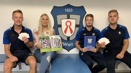 Die Initiatoren des Stickeralbums des FC Weil (von links): Hannes Greinwald, Julia Rauchmeir, Christoph Philipper und Valentin Ludwig.