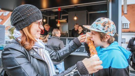 Juliane und Felix Oettel probieren beim Landsberger Street Food Festival am Infanterieplatz den Keltenspieß.