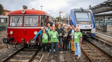 Die Umweltinitiative Pfaffenwinkel will die Fuchstalbahn für den Personenverkehr reaktivieren. Am Sonntag warb der Verein in Landsberg dafür, unterstützt wird er unter anderem auch von den Landtagsabgeordneten Ludwig Hartmann und Gabriele Triebel und den Kabarettisten Helmut Schleich.
