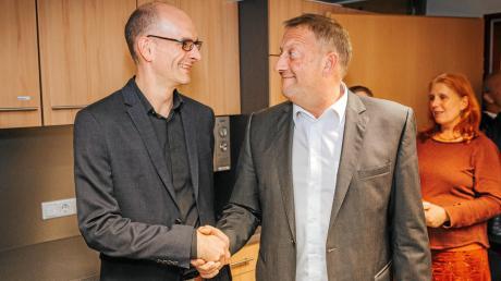 Zwei zufriedene Kandidaten: Dr. Patrick Heißler (links) gratuliert Thomas Salzberger. Der Kandidat der SPD setzte sich mit 55,4 Prozent der Stimmen bei der Wahl zum Kauferinger Bürgermeister durch.
