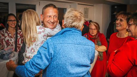 Thomas Salzberger ist neuer Bürgermeister von Kaufering.Seine Frau Monika (links) freute sich ebenso wie Töchterchen Julia.