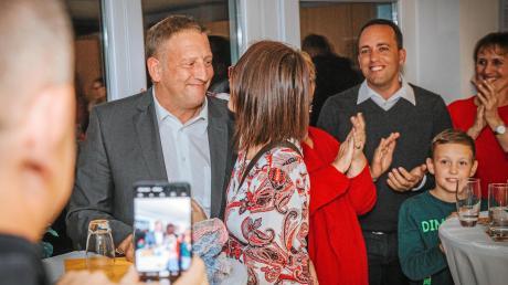 Thomas Salzberger ist neuer Bürgermeister von Kaufering. Im Bild gratuliert seine Frau Monika. Rechts: SPD-Kreisvorsitzender Thomas Salzberger.