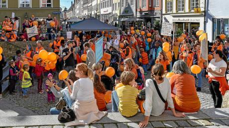 """Hellmairplatz: Rund 200 Impfgegner protestieren gegen das von Gesundheitsminister Jens Spahn geplante """"Masernschutzgesetz""""."""