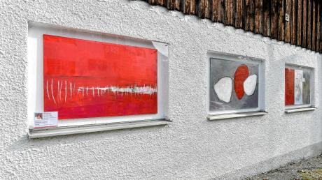 In den Fensterscheiben können die Kunstwerke betrachtet werden.