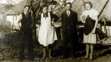 Ein Foto aus alten Zeiten:Benedikt Riedle (Zweiter von rechts) und seine zweite Frau Theres(Zweite von links) mit den Kindern Johann und Herta.