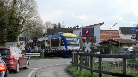 Der Bahnübergang in der Ortsmitte von Schondorf.