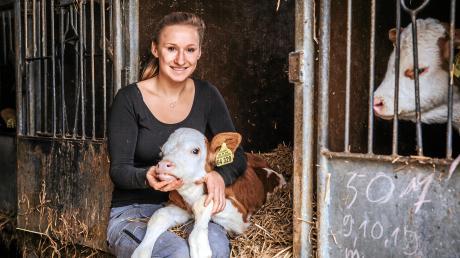 Hühner und Kühe hat Larissa Lechner gerne. Beim Melken der Kühe im Stall genießt die junge Frau die Ruhe.