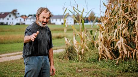 Martin Ebenhoch auf einem seiner Felder östlich von Lengenfeld. Der 64-jährige Landwirt kann sich über die dort geplante Umgehungsstraße nicht freuen, weil die Trasse den Weg zu seinen neuen Feldern durchschneiden würde.