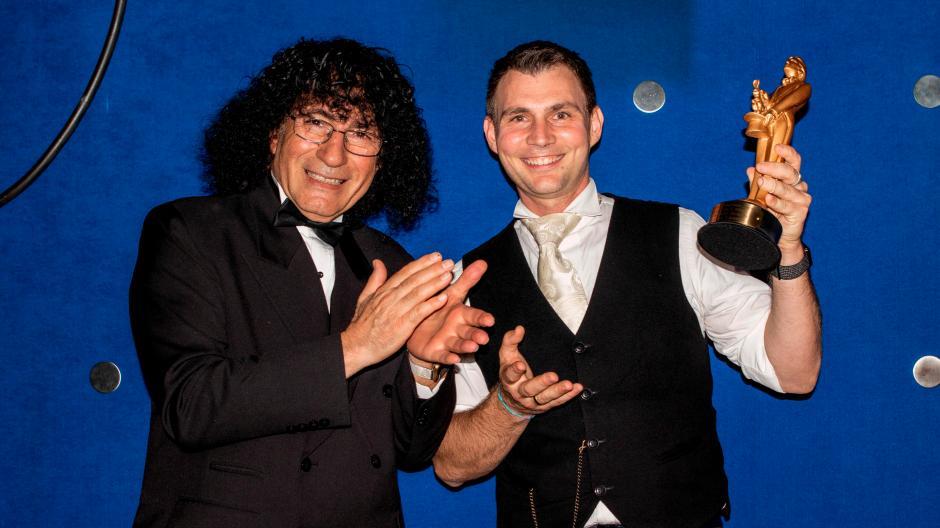 Große Ehre für Louis von Eckstein: Tony Hassini überreichte ihm bei einer Show bei Stuttgart den Merlin-Award.