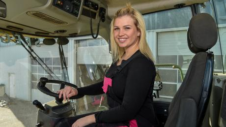 Theresa aus Obermeitingen steuert schweres Gerät. Die 23-Jährige ist selbstständige Betriebshelferin und lenkt auch gigantische Maschinen wie den Häcksler Krone Big X. Am Sonntag ist die junge Frau einer TV-Doku zu sehen.