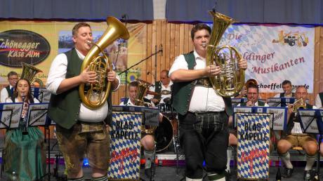 Die Schöffeldinger Blasmusiker überzeugten beim Konzert in der Kauferinger Lechauhalle. Es war ein stimmungsvoller Abend mit böhmisch-mährischer Volksmusik.