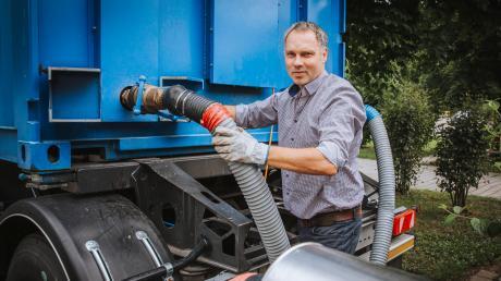 Tobias Schmid, der Geschäftsführer der Lena ServiceGmbH, führte imSommer vor, wie der Wärmetransport ins Kauferinger Lechtalbadfunktioniert.