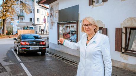 Apothekerin Dr. Ursula Koch zeigt auf die neuralgische Stelle in der Uttinger Bahnhofstraße.