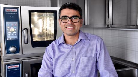 Gaurav Bajaj hat in seiner Karriere als Koch schon viele Stationen hinter sich. Derzeit arbeitet er für die Firma Rational. Der Inder verbindet gerne die indische Küche mit der europäischen.