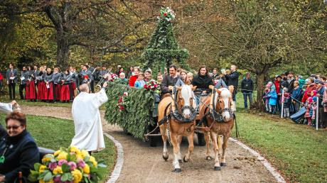 Die Reiter und Gespanne erhielten bei der Leonhardifahrt in Kaufering an der Wallfahrtskirche St. Leonhard den Segen von em. Abtprimas Dr. Notker Wolf.