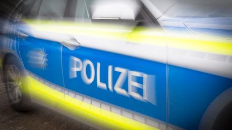 In Vöhringen sucht die Polizei nach unbekannten Randalierern, die am Wochenende eine Scheibe eingeschlagen haben.