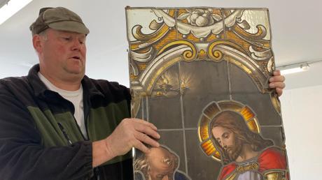 Beinahe 50 Jahre waren die historischen Glasmalereifenster der Dettenschwanger St. Nikolaus-Kirche verschwunden. Kirchenpfleger Jürgen Zirch (oben) hat sie nun in einer Garage wiedergefunden und sorgt nun für deren Restaurierung.