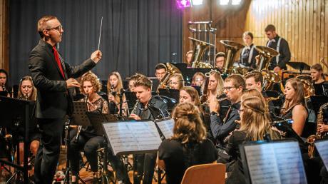 Dirigent Gerhard Böck und das Bezirksjugendorchester begeisterten mit ihrem Konzert in der Lechauhalle in Kaufering die rund 500 Zuhörer.