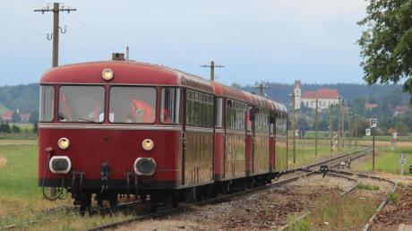 Durchs Fuchstal sollen künftig wieder Personenzüge fahren. Der Kreistag Weilheim-Schongau unterstützt das Anliegen. Aktuell finden nur einige wenige Sonderfahrten mit nostalgischen Schienenwagen auf der Strecke statt. In Fuchstal wurde jetzt über die Chancen und Probleme geredet.