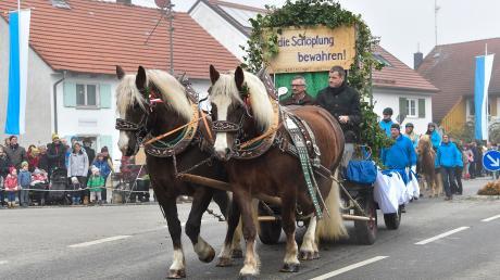 Beim Leonhardiritt in Utting ritten die Teilnehmer dreimal drei Mal um die Kirche St. Leonhard.