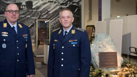 Oberstabsfeldwebel Michael Siebert und Hauptmann Gerhard Bechtold übernehmen die Führungen durch die Militärgeschichtliche Sammlung in der Landsberger Welfenkaserne.