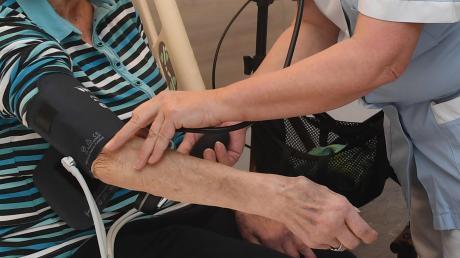 Auch in Landsberg fehlt es an Pflegeeinrichtungen für Senioren. In Fuchstal soll nun ein Pflegeheim gebaut werden.