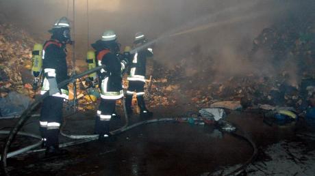 Ein Brand auf dem Gelände des Abfallwirtschaftszentrums in Hofstetten hat einen Großeinsatz der Feuerwehr ausgelöst.