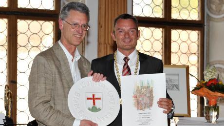 Wolfgang Buttner (links) will Landrat werden. Das Archivfoto zeigt ihn bei einer Ehrung mit Landsbergs OberbürgermeisterMathias Neuner im April 2014.
