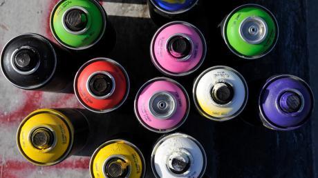 Die Polizei Dießen hat drei Kinder überführt, die Graffiti an mehreren Gebäuden hinterlassen haben.