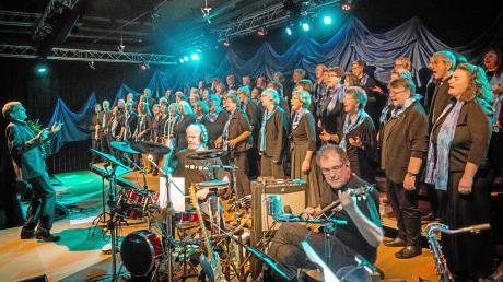 """Über 600 Zuhörer wollten den Auftritt von """"gospel groove"""" in der Lechauhalle in Kaufering miterleben. Der Chor der Pauluskirche hatte sich als Verstärkung die jungen Sänger von DoReMi eingeladen."""