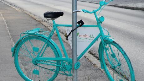 Während dieses Fahrrad aus dem Dießener Ortsbild aus Sicherheitsgründen verschwinden muss, darf die Bürgermeisterkandidatin Gabriele Übler Plakate, mit denen sie auf ihre Kandidatinnengespräche hinweist, auch künftig aufhängen.
