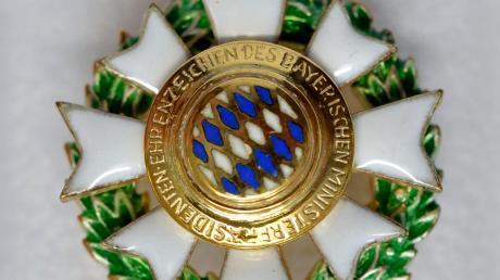 Das Ehrenzeichen des Bayerischen Ministerpräsidenten ist eine Auszeichnung für Menschen, die sich ehrenamtlich besonders für die Allgemeinheit einsetzen und darf zu festlichen Anlässen getragen werden.