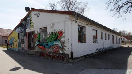 Längst Geschichte ist das einstige Jugendhaus in der Dyckerhoff-Straße in Utting. Auf der Suche nach einem neuen, provisorischen Treffpunkt wird jetzt über einen ausrangierten Zugwaggon zwischen Rathaus und Bauhof nachgedacht.