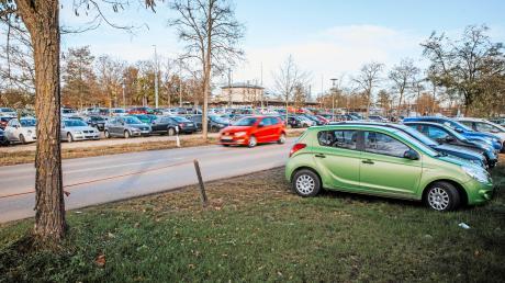 Wildes Parken im Grünstreifen – wie hier in der Viktor-Frankl-Straße in Kaufering soll bald Geschichte sein. In diesem Bereich werden bald Rundhölzer am Straßenrand installiert.