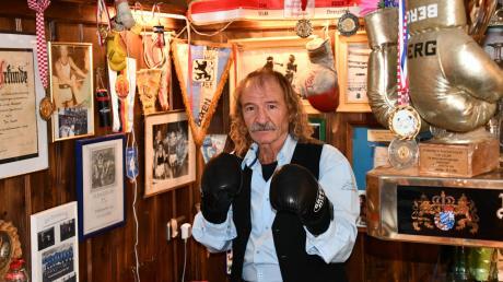 """Toni Selak in seiner """"Hall of Fame"""" im Brunnenwirt in Ellighofen: Dort finden sich zahlreiche Andenken an berühmte Sportler."""