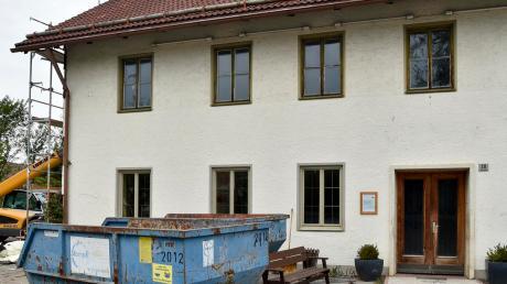 Voll im Gange sind die Umbauarbeiten am ehemaligen Gasthaus Happerger in Ludenhausen. Dort soll ein Dorfzentrum entstehen. Zu Verzögerungen der Arbeiten kam es, weil im Boden des Saals Asbest gefunden wurde.